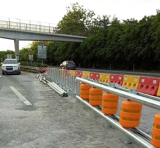 旋转式防撞护栏